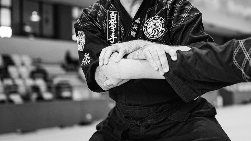 technika karate - dźwignia na łokieć