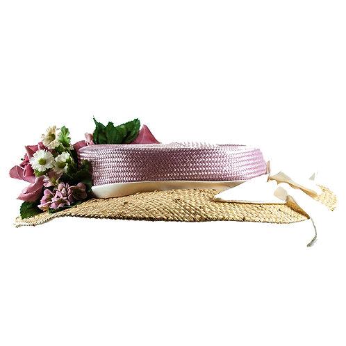 Pastelviolette dameshoed van riet met bloemen