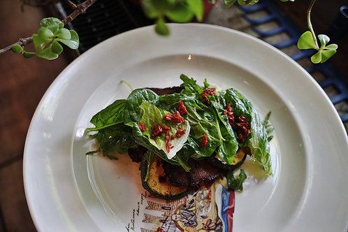 Салат с цуккини гриль томленой говядиной, вялеными томатами и горчичным соусом