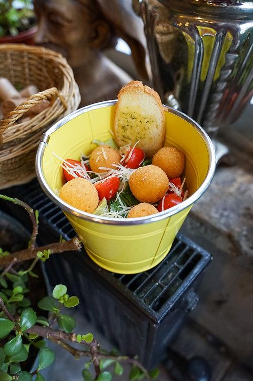 Салат с жареным сыром и листьями салата в ведре
