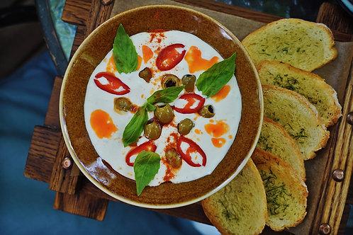 Греческий сыр с оливками и чесночными гренками