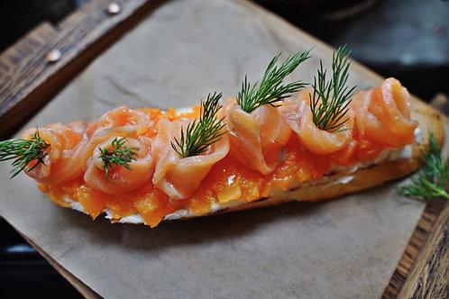 Брускетта со слабосоленым лососем, мармеладом из тыквы и кремом маскарпоне
