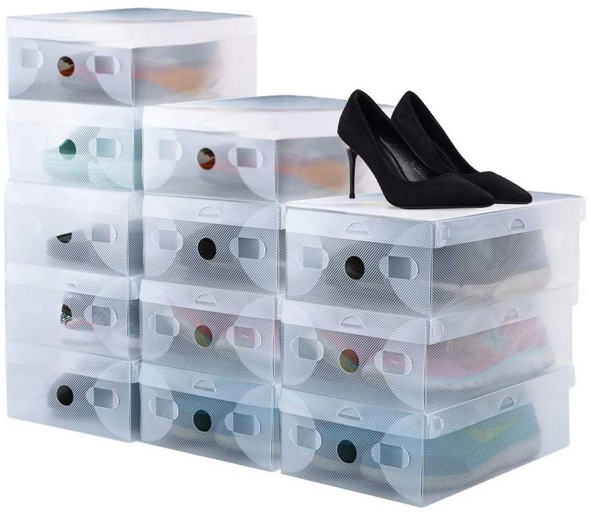 Cajas de zapatos apilables de plástico. Muy prácticas y se limpian fácilmente.
