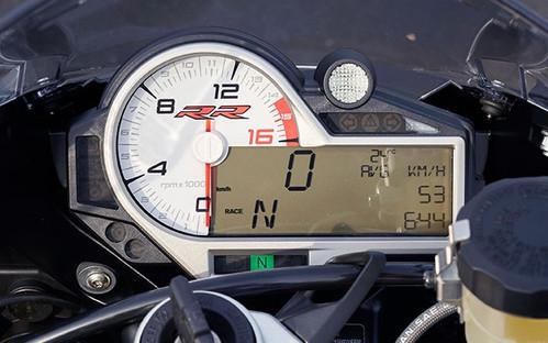 Cabina con indicador de velocidad análogo