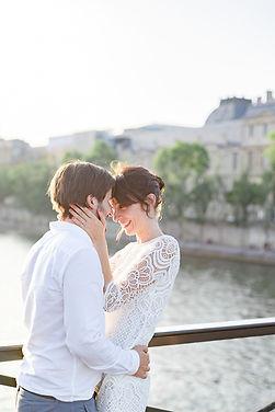 couple de mariés sur un pont à Paris