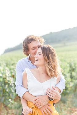 portrait d'un couple souriant dans les vignes