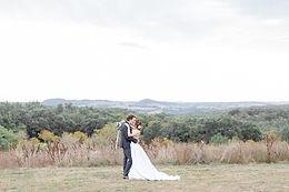 un couple marié s'embrasse au domaine de Gavaudun