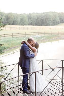 des mariés s'embrassent au domaine de la Butte Ronde