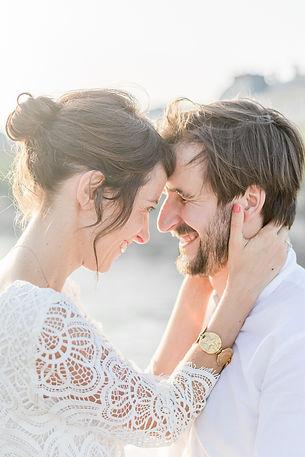 couple de mariés front contre front