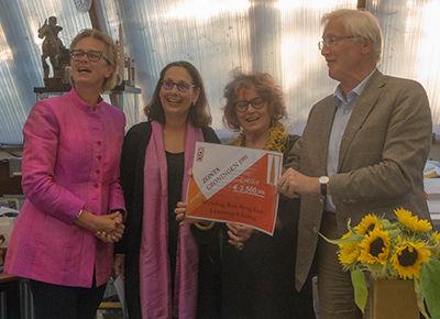 symbolische overhandiging van het bedrag dat Zonta Groningen 1991 doneert aan Learning4Living