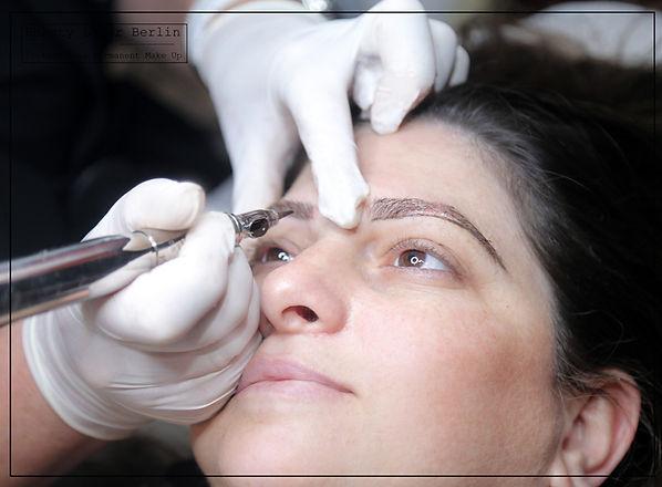 Permanen Make-up Ausbildung - Schülerin trainiert Augenbrauen pigmentieren am echten Modell