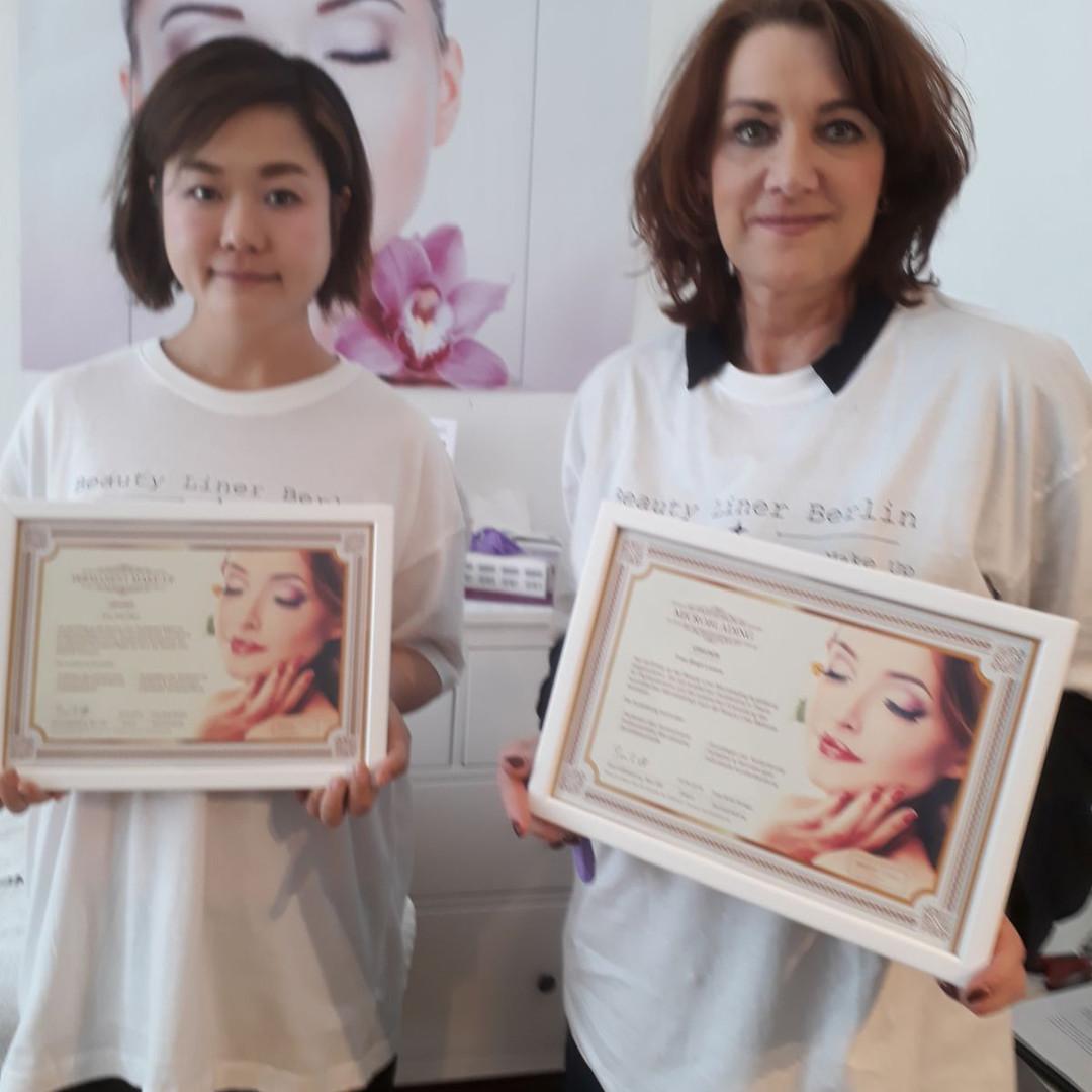 Permanent Make-up Ausbildung 2018 - Kurs Zertifikate 2 Schülerinnen