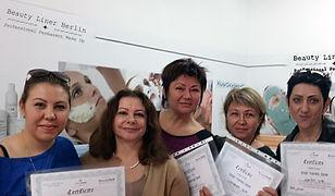Permanent Make Up Schülerinnen halten erfolgreich Diplome nach Ausbildung