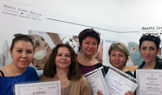 Permanent Make-Up Ausbildung in Berlin - Schülerinnen halten erfolgreich Diplome nach Schulung