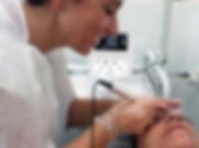 Permanent Make Up Schülerin pigmentiert Augenbrauen in der Ausbildung in Berlin - Praktische Übung am Model (Kundin) mit dem Smart Liner Permanent Make-Up Gerät