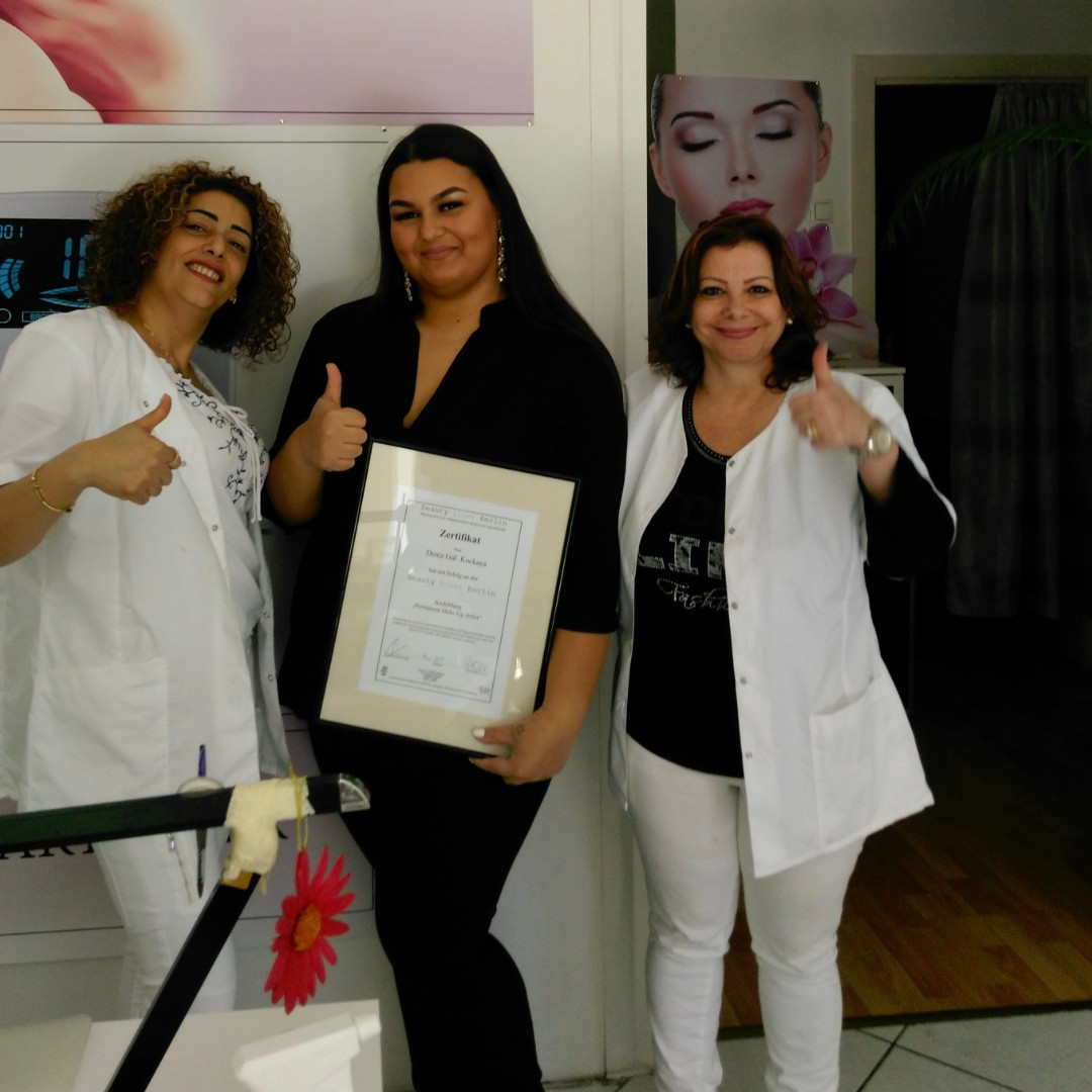 Permanent Make-up Ausbildung 2017 - Lehrerinnen vergeben Diplom an PMU Schülerin