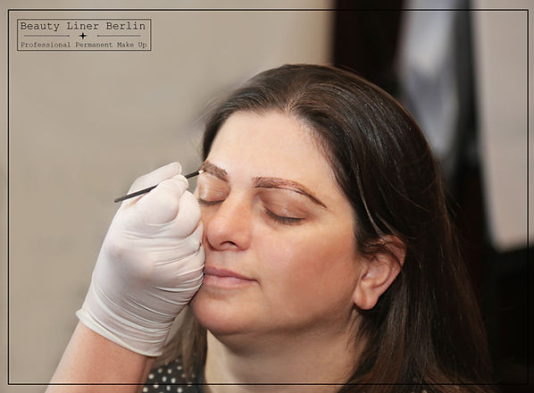 Permanent Make-up Ausbildung - Schülerin lernt korrektes Vozeichnen der Augenbrauen