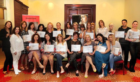 Permanen Make-up Ausbildung Masterclass -Lehrerinnen und 20 Schülerinnen posieren mit ihren PMU Zetifikaten bei Kursabschluss