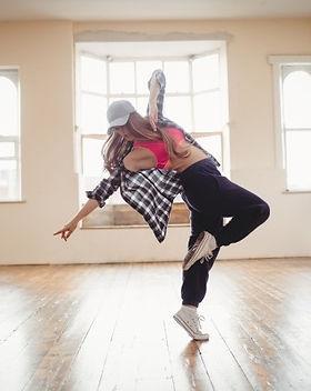 jolie-femme-pratiquant-danse-hip-hop_107