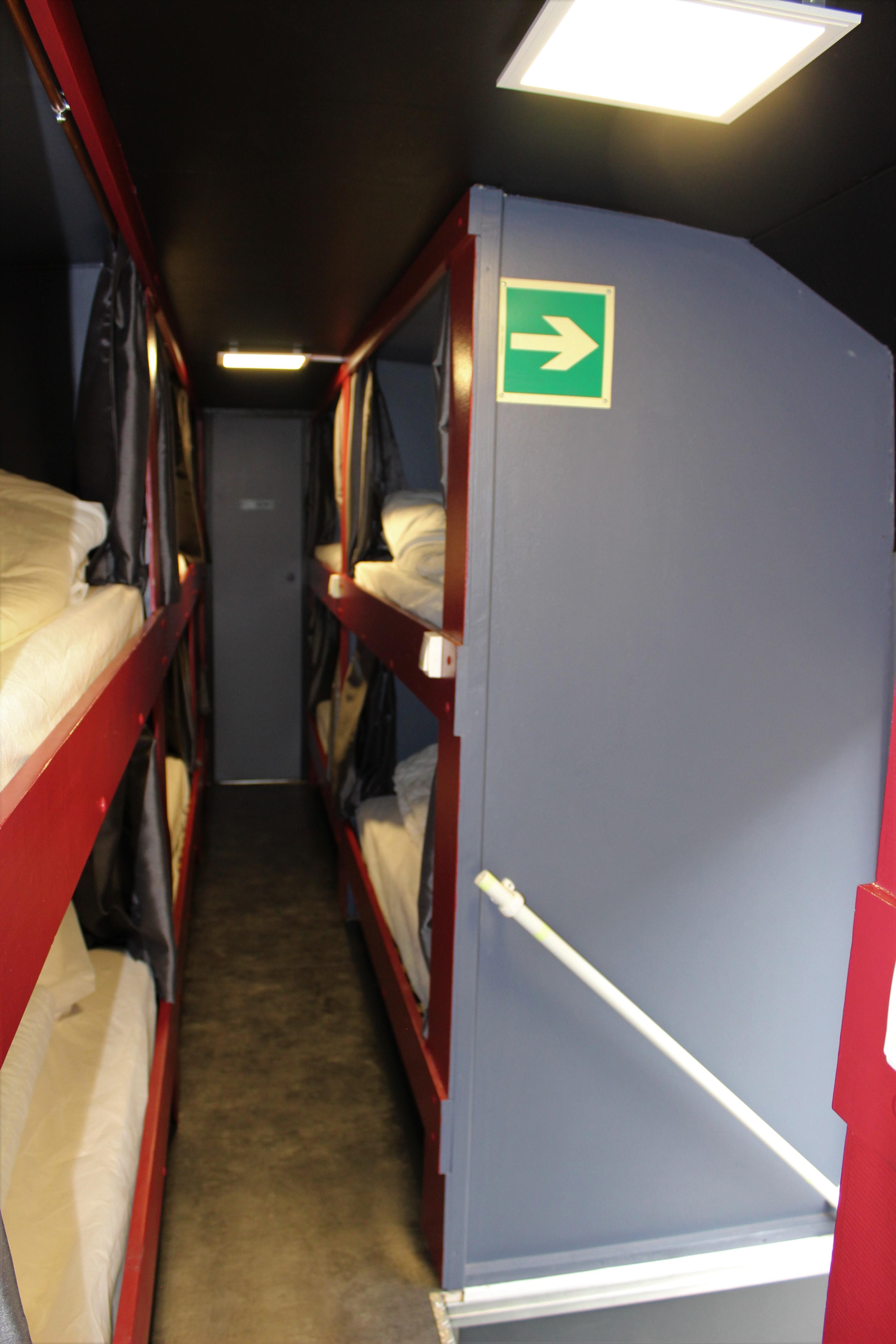 bus aménagé en dortoir 16 lits