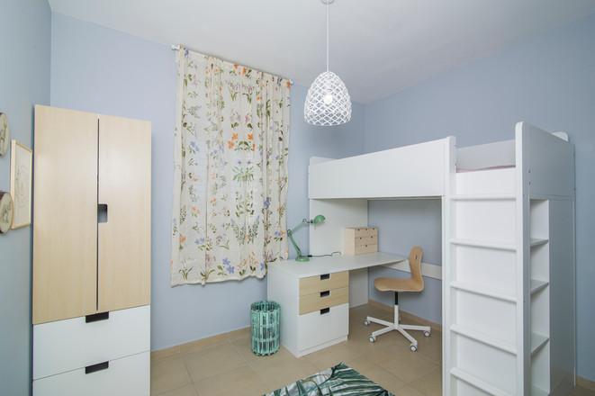 חדר ילדה| עיצוב פנים| הום סטיילינג| הלבשת הבית| שטיח עלים | תמונות| דקורציה| וילון פרחוני| מיטת גלריה| ריהוט חדר ילדים| שולחן עבודה| מנורת קריאה| ארון| איקאה