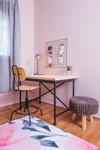 עיצוב פנים| הום סטיילינג| הלבשת הבית | עיצוב חדר נערה| עיצוב חדר ילדה| שולחן עבודה| מנורת קריאה| שטיח פרחוני| חדר אפור ורוד| תמונות חדר נערה| כריות נוי| דקורציה| לוח השראה| וילון אפור