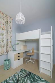 חדר ילדה| עיצוב פנים| הום סטיילינג| הלבשת הבית| שטיח עלים | תמונות| דקורציה| וילון פרחוני| מיטת גלריה| ריהוט חדר ילדים| שולחן עבודה| מנורת קריאה| ארון