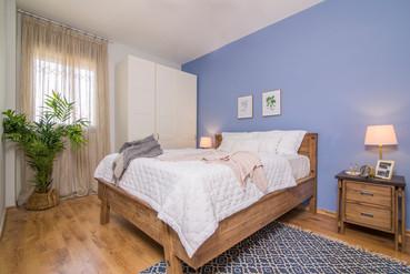עיצוב פנים| הום סטיילינג | הלבשת הבית| עיצוב חדר שינה | תמונות חדר שינה | מיטה זוגית | שטיח חדר שינה | וילונות | שידת צד | שידות צד| תאורה | צמחייה | עציצים | טקסטיל| קיר כחול בחדר השינה