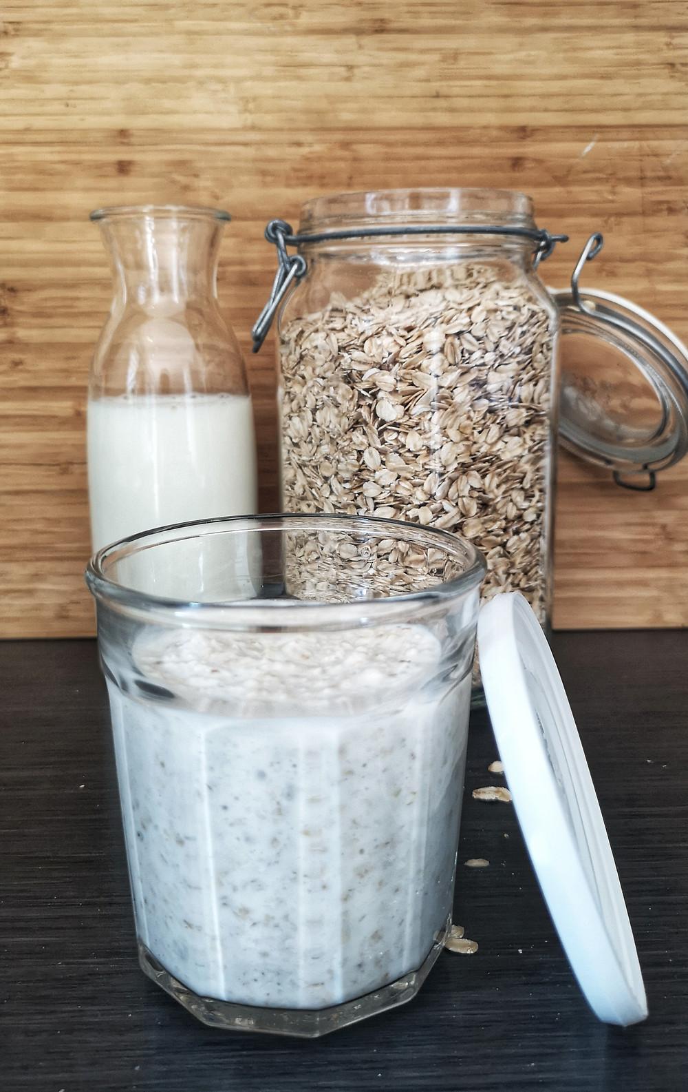 Kjøleskapsgrøt (Overnight-oats) av havregryn, lettmelk og biola.