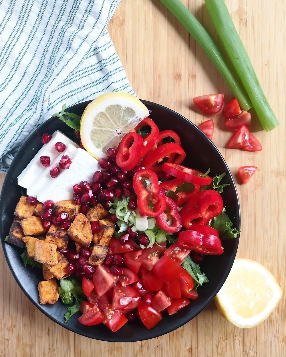 Sommerlig salat. Salat med søtpotet, granateple og fetaost.