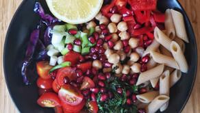 Hvordan sette sammen en mettende, smakfull salat?