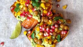 Bakt søtpotet med guacamole og sprø kikerter