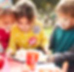 Szczęśliwe dzieci podczas przyjęcia urodzinowego