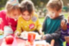 Kinder mit Torte