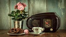 retro rádio, šálek čaje, preclíky, růže