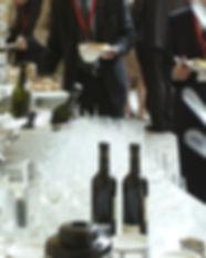 Evento corporativo mes, botellas, vino, copas, gente, personas
