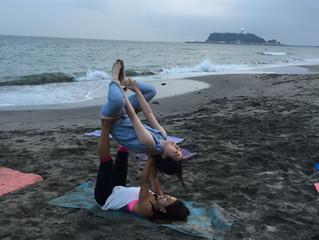 鎌倉のビーチでアクロヨガ開催しました。