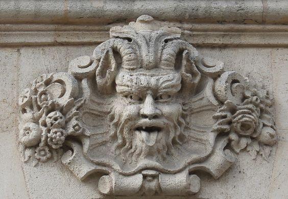 L'emblème de la Vodka Nadé fait référence aux nombreux mascarons que l'on retrouve dans la ville de Bordeaux, un rappel de ses origines : Une vodka fondée à Bordeaux