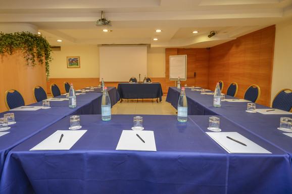 Hotel Master Brescia - Sala meeting Benaco - Ferro cavallo 1.jpg