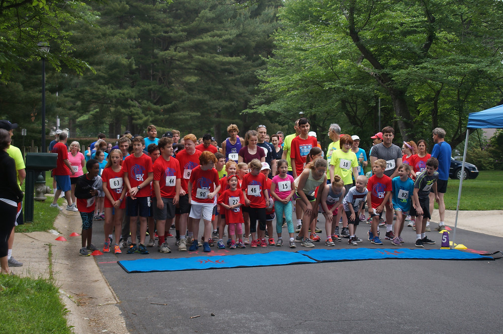 Runners at the SBP Dolphins 5K starting line