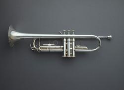 Direkt oberhalb Schuss Trompete vor grauem Hintergrund
