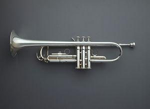 Direkt ovanför skott av trumpet mot grå bakgrund