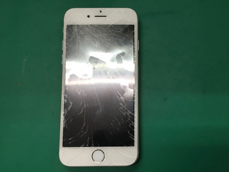 バキバキに割れたガラスはとってもキケン。iPhone6ガラス割れ修理。