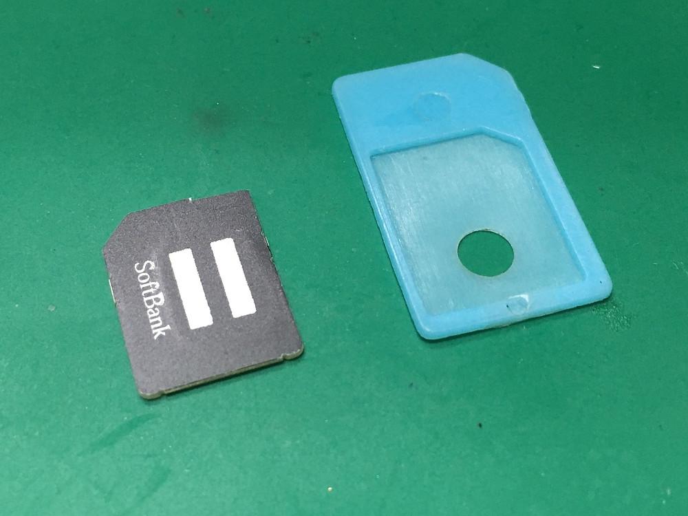 SIMカードとSIMアダプター