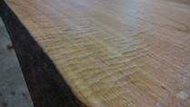 天板加工 材料:本桜 テーブルになぐり加工を加えました