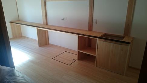 カウンターテーブル 材料:桧 長さ5m 高さ70cm 奥行45cm