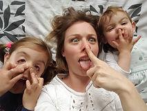 photo de famille de la créatrice les petits pieds qui poussent avec ses deux filles