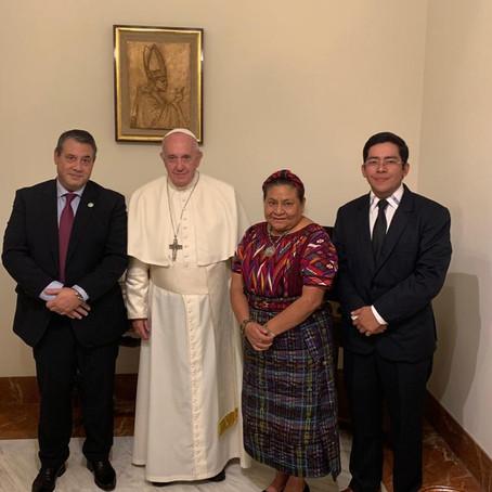Francisco recibió a Rigoberta Menchú y a Guillermo Whpei, con eje en la crisis en Chile