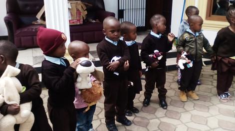Schüler der Babyschool mit den Kuscheltieren aus dem Weihnachtsgeschenk der Rostocker Schüler/-innen