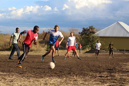 Zusammen Fußball spielen - Rostock vs. Arusha